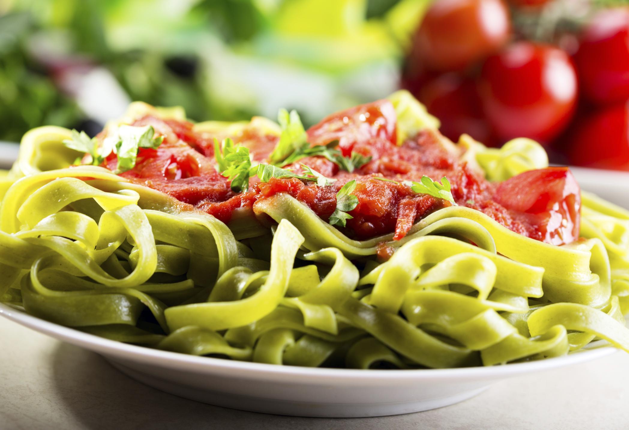 Tagliatelle de espinacas con salsa napolitana