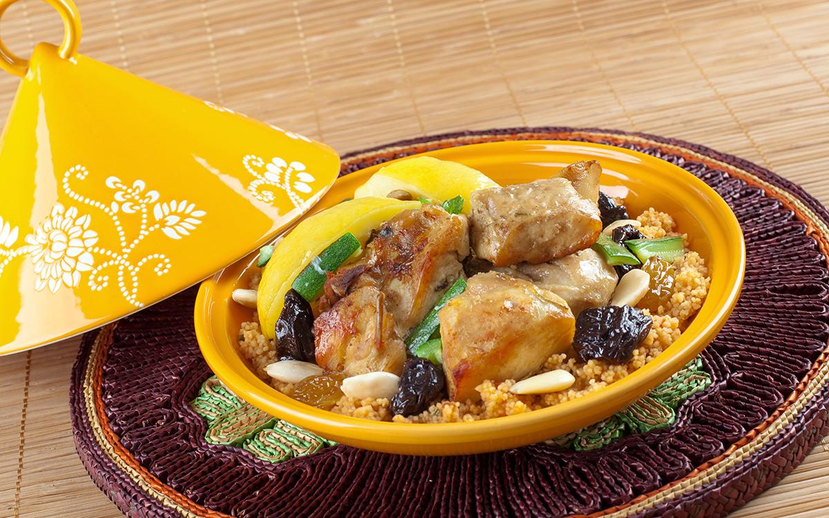 Tajine de pollo con ciruelas, almendras y cuscús