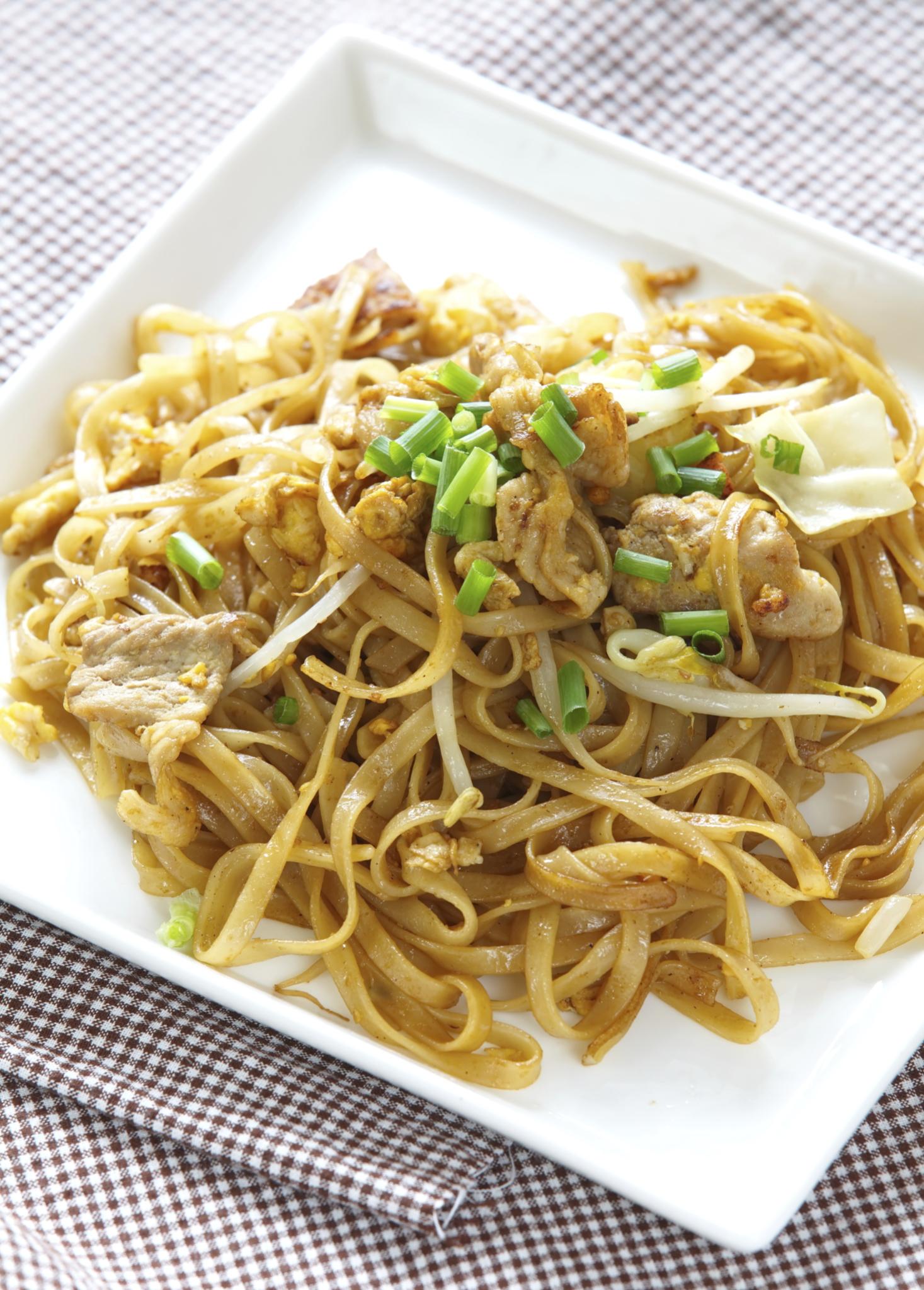 Tallarines con pollo  estilo thai