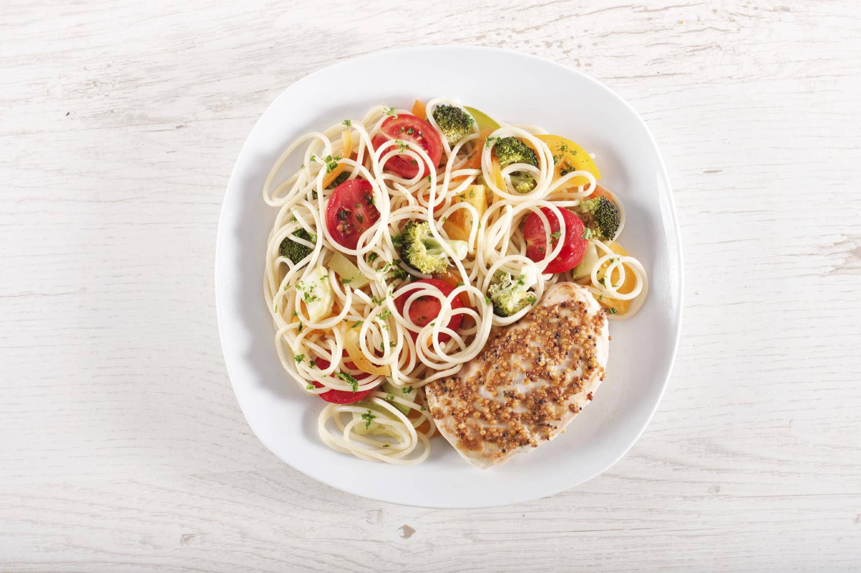 Espagueti con vegetales y salsa de mostaza