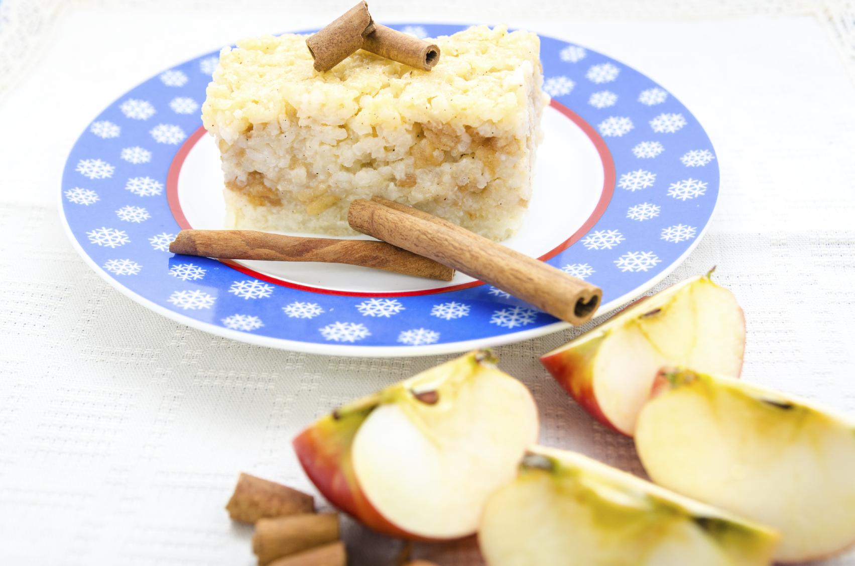 Pastel de arroz con leche con canela y manzana