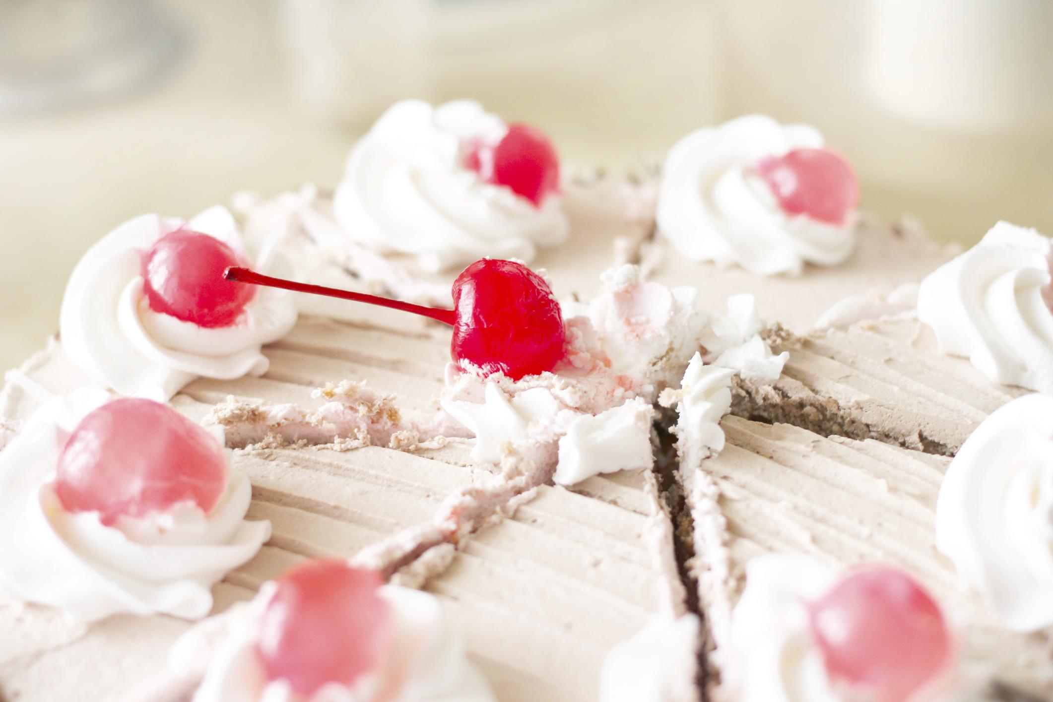 Tarta de chocolate, con nata y cerezas en almíbar
