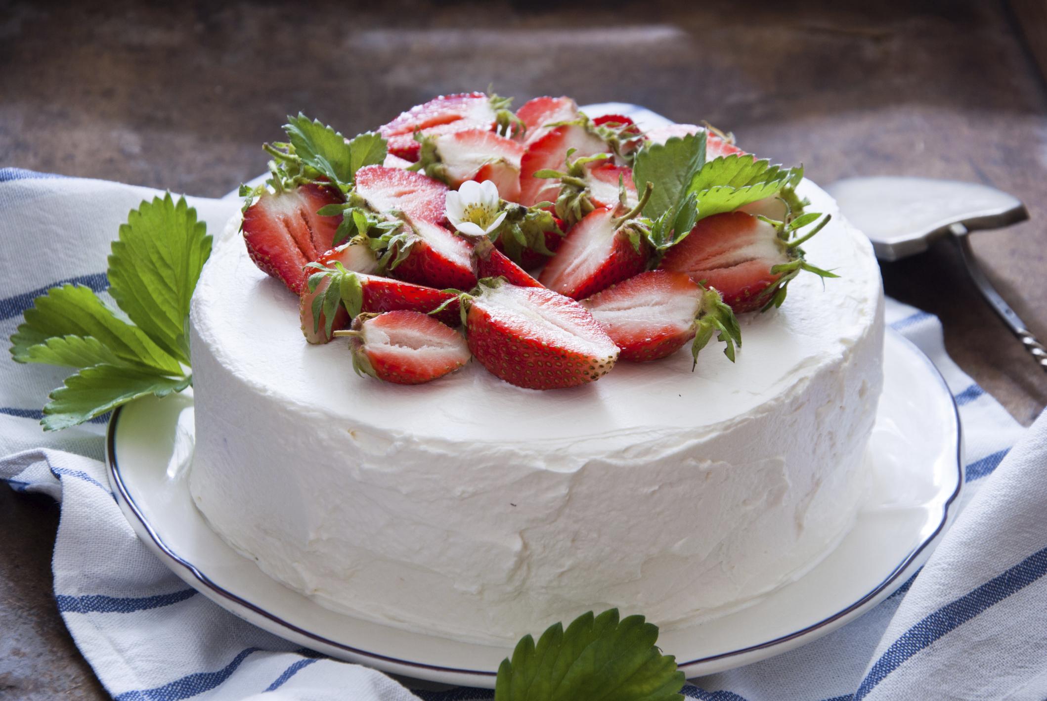 tarta de chocolate con relleno de fresas
