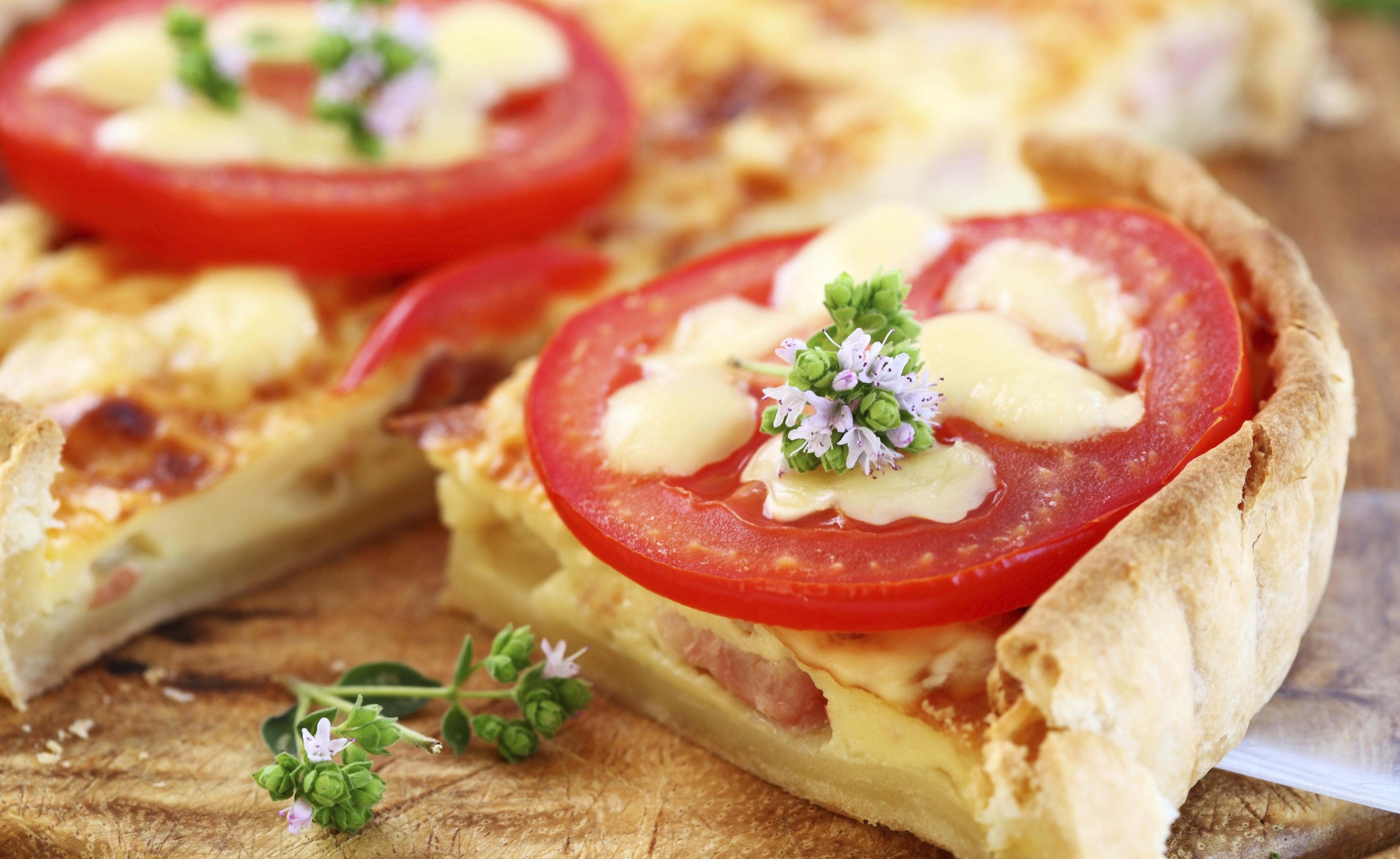 Quiche de jamón, tomate y nata