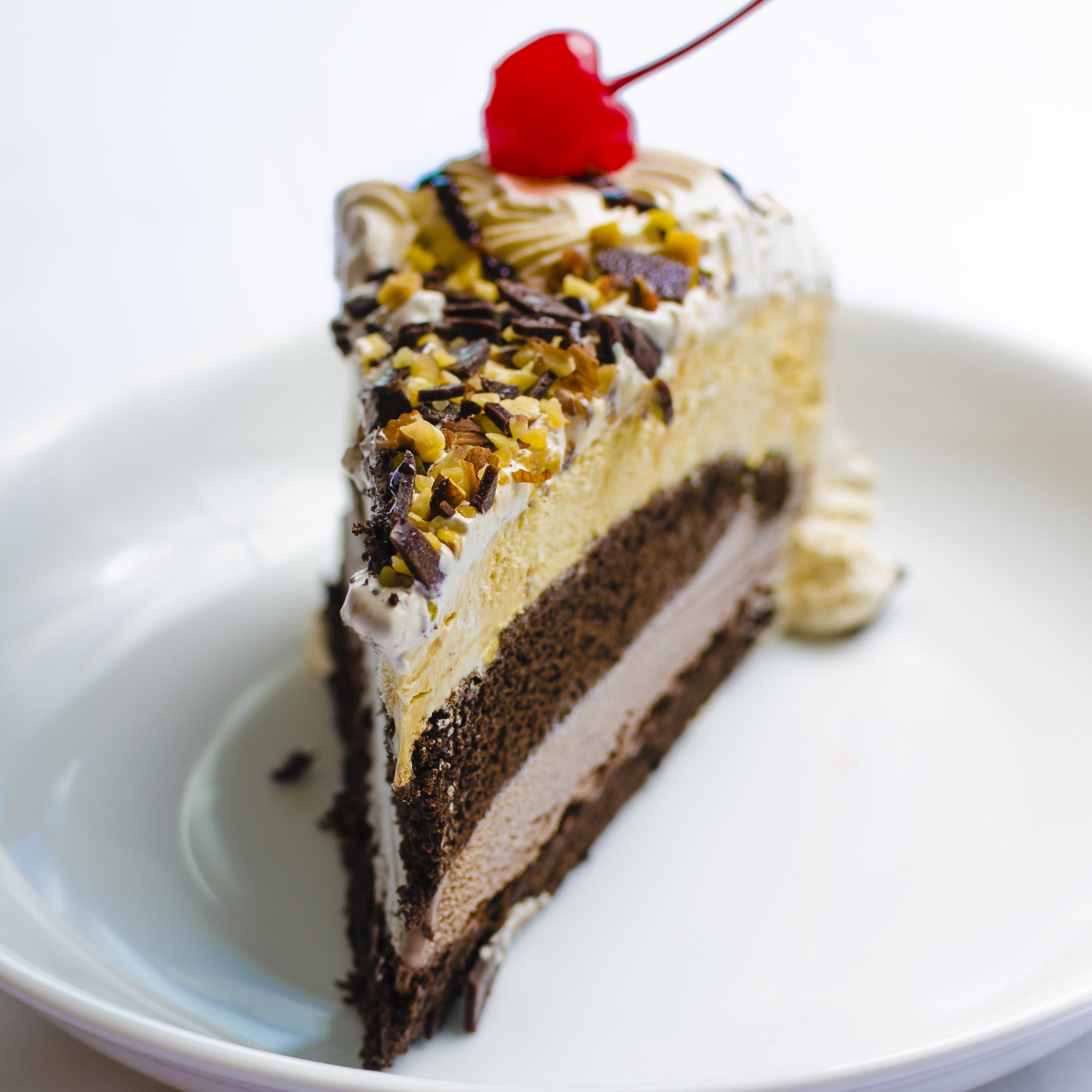 Tarta helada de vainilla y chocolate con nata y guindas