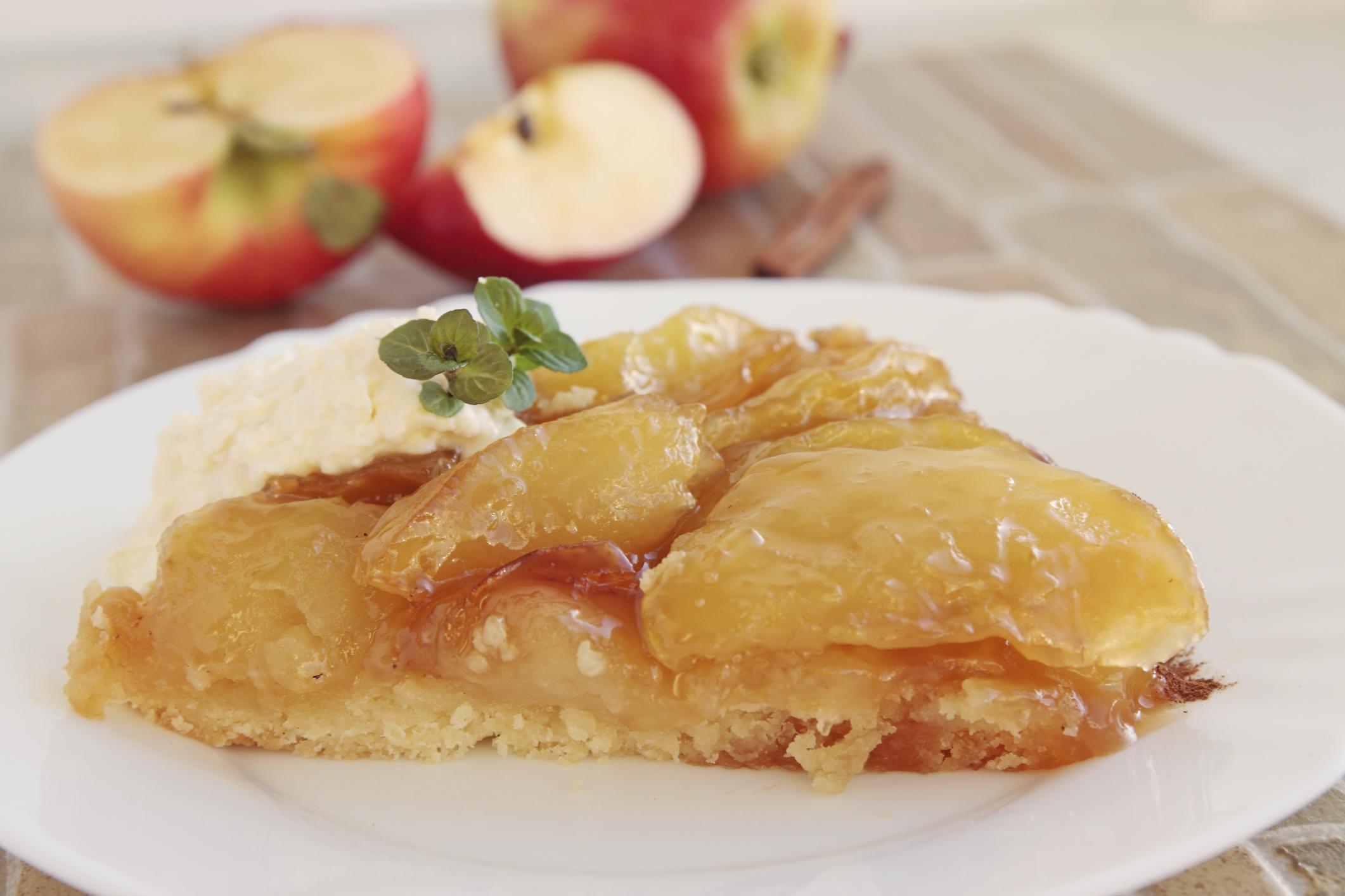 Tarta de manzana invertida con crema de leche