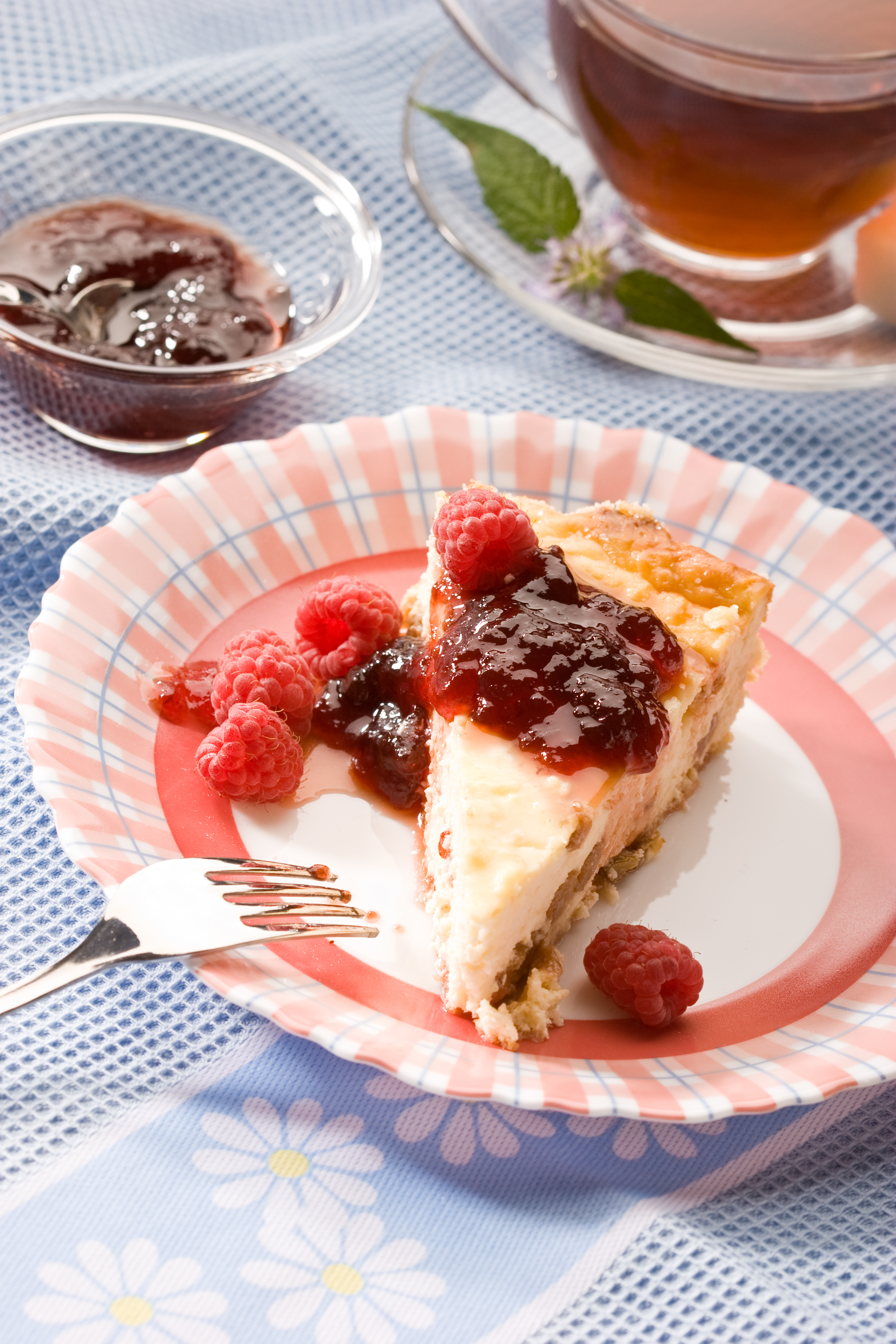 Tarta de queso con mermelada de frambuesa