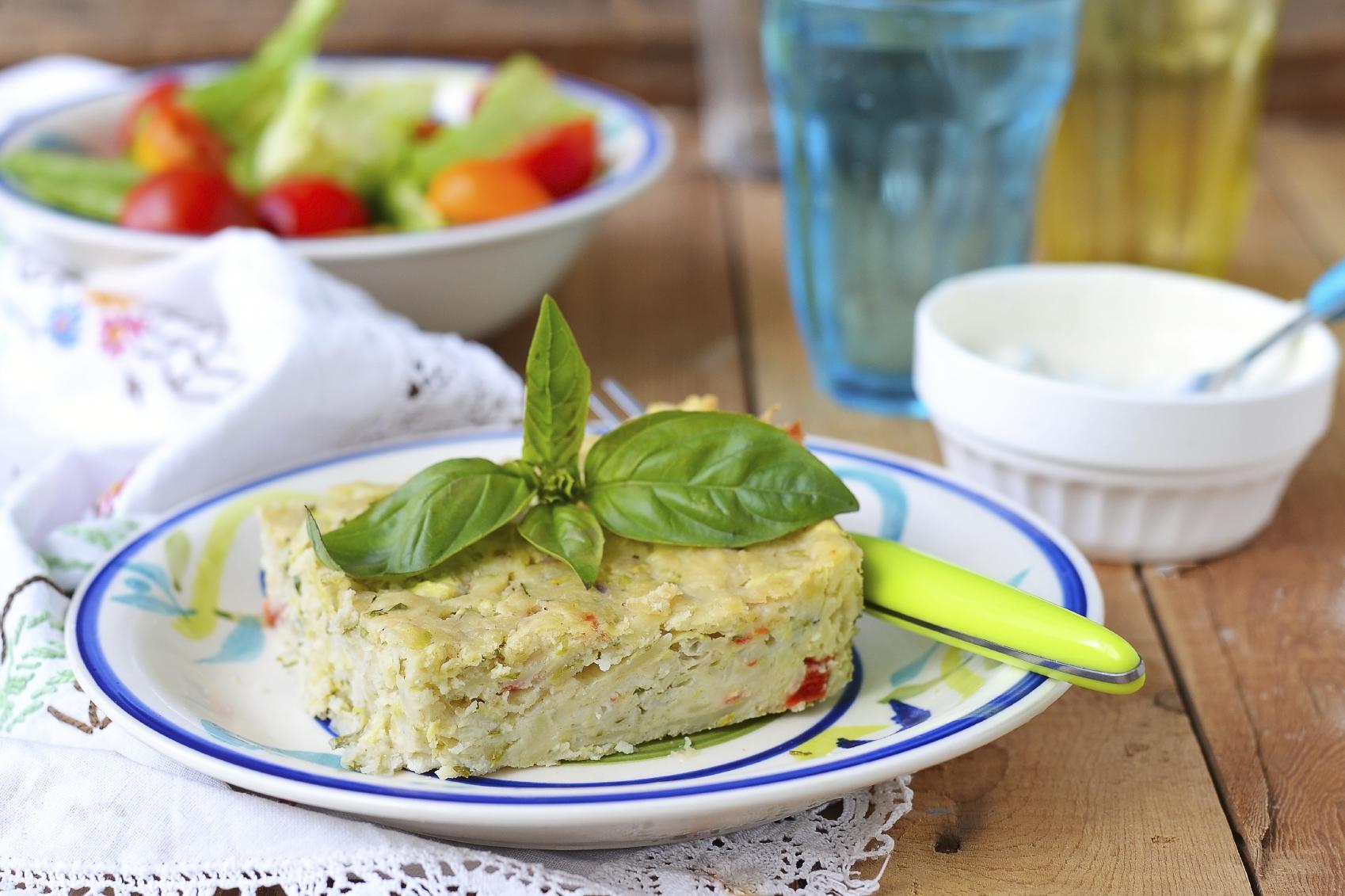 Tarta vegetariana con hojas de albahaca