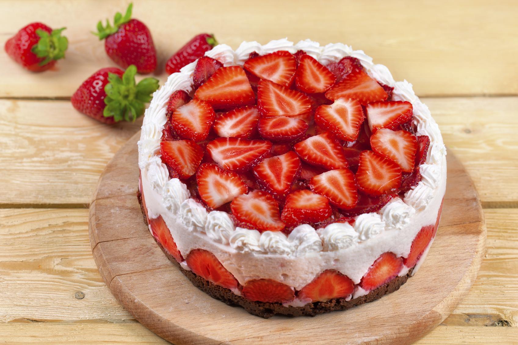 Tarta de yogur, nata y fresas