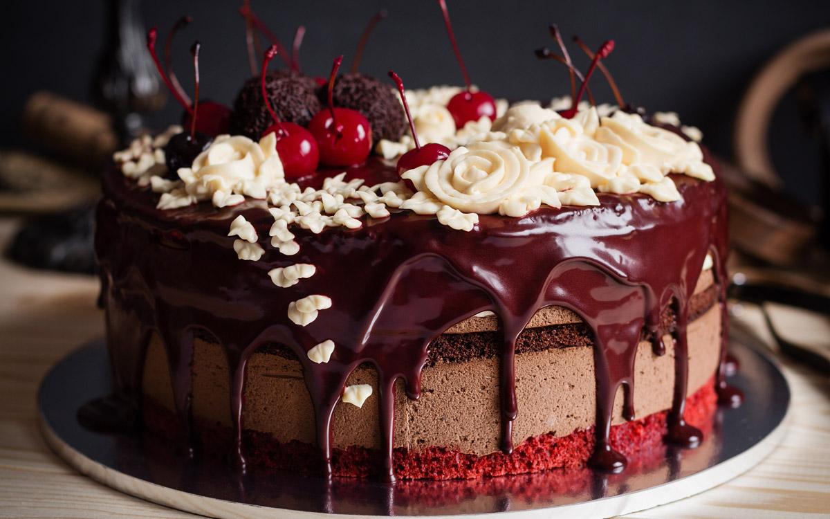 Tarta de 7 pisos con chocolate, terciopelo rojo y nata