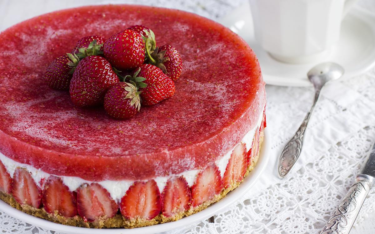 Tarta de queso con fresas y gelatina