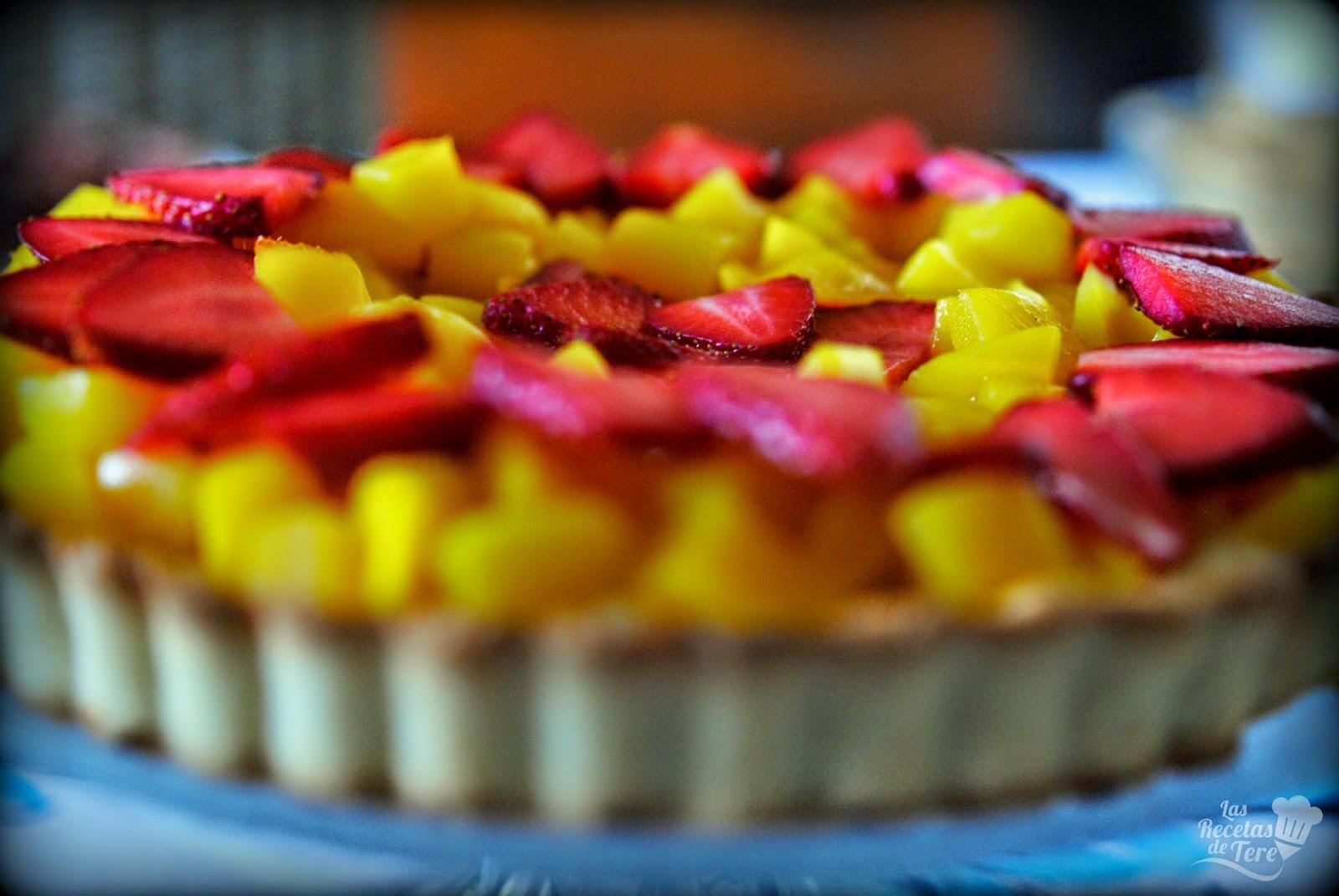 Tartaleta de mango y fresas.