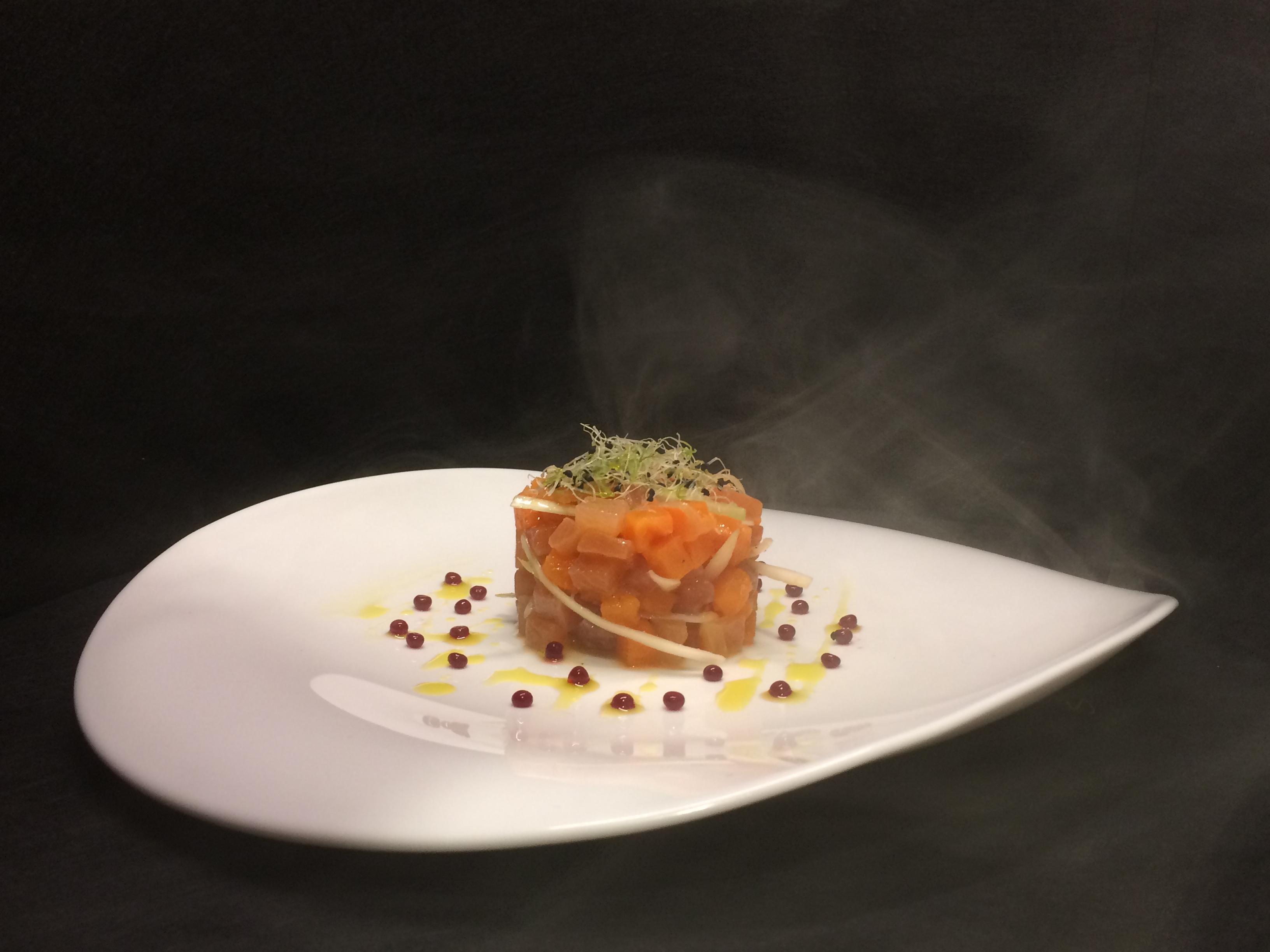 Tartar ahumado de trucha curada y boniato asado con perlas de culís de mora