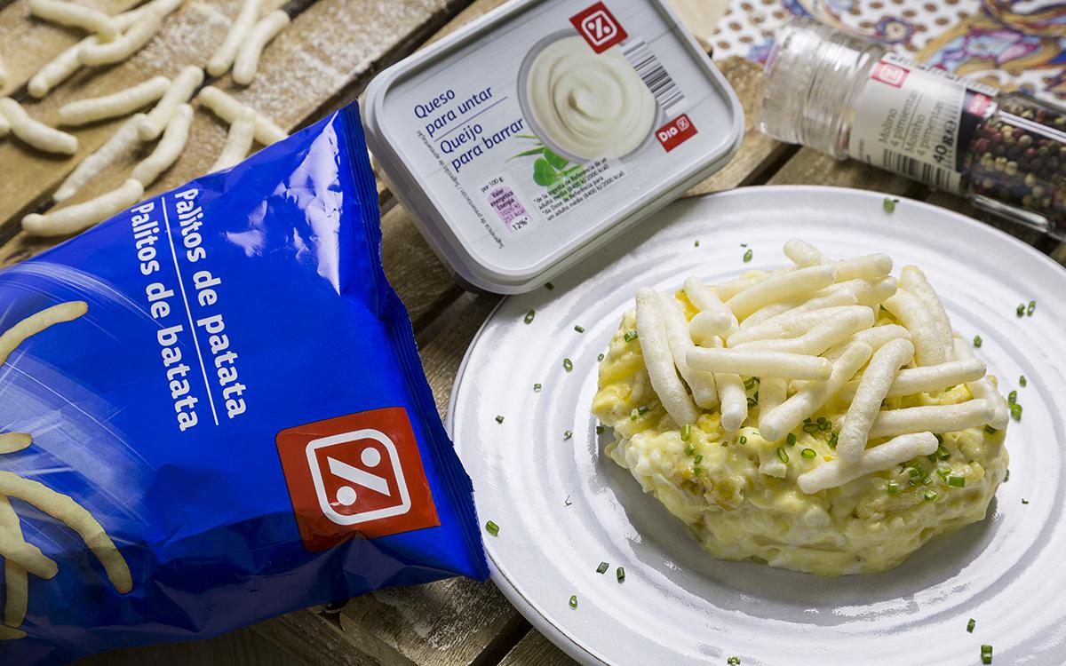 Timbal de huevos revueltos con palitos de patata