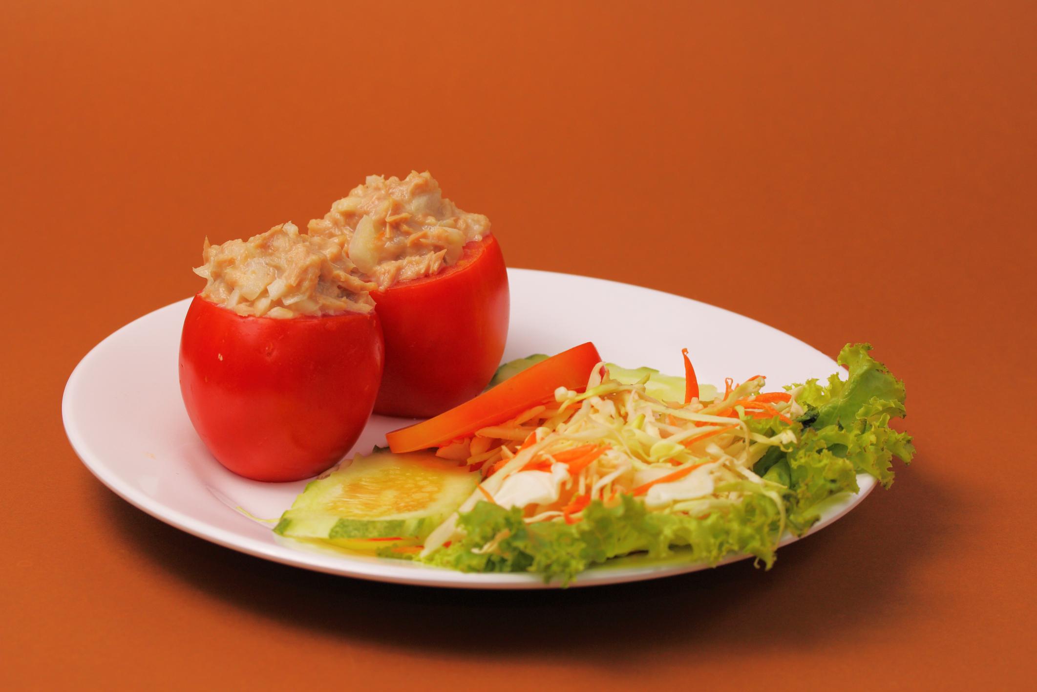 Tomates rellenos de atún y cebolla tierna