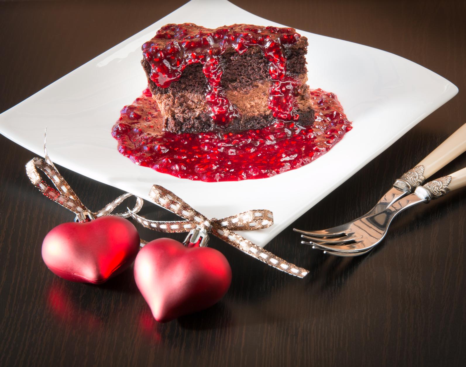 Torta de chocolate en salsa de frambuesa