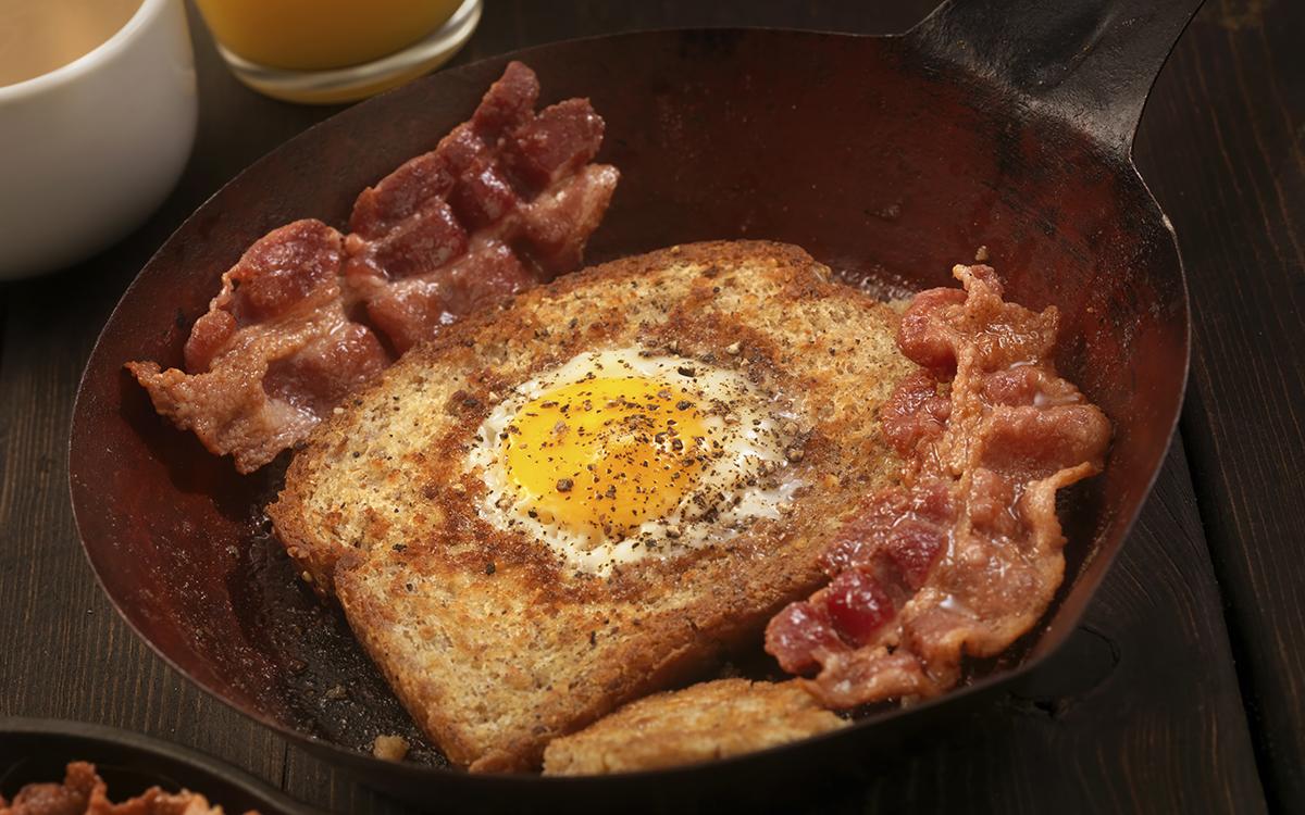 Tostada de huevo frito con bacón para desayunar