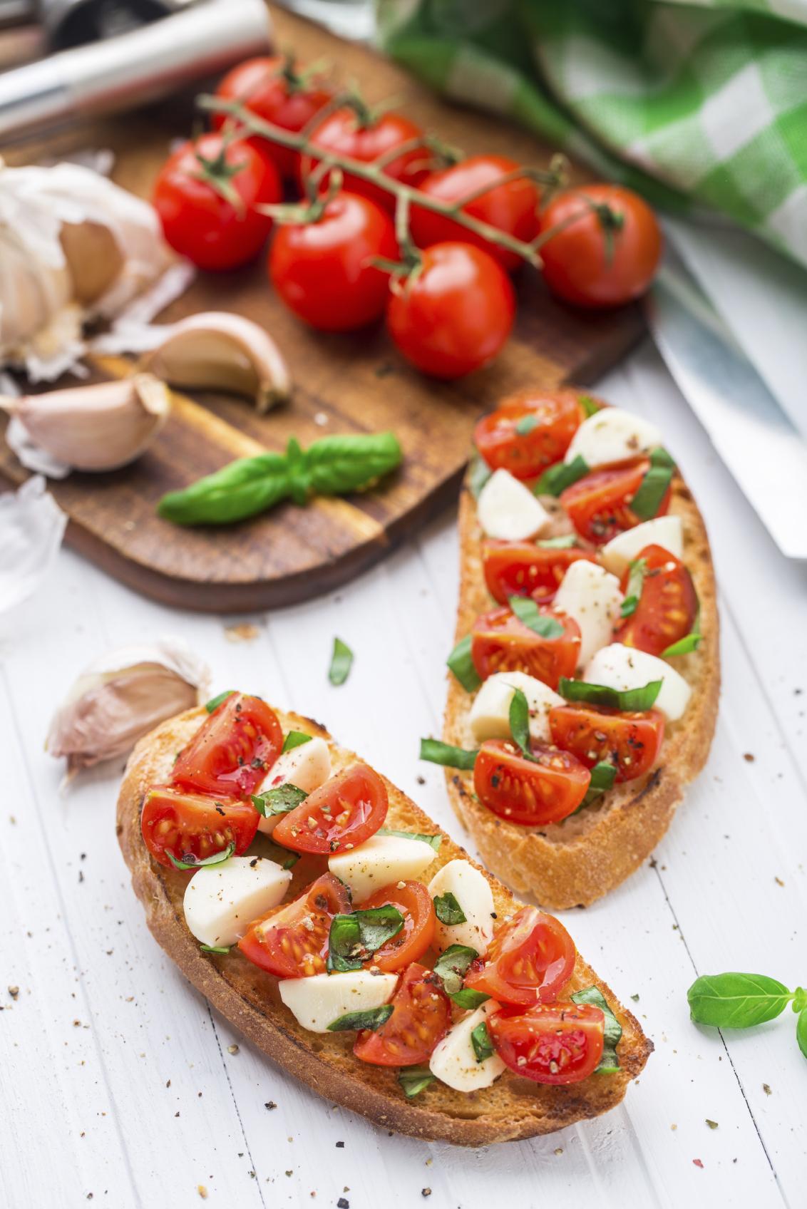 Tostada de queso mozzarella y tomate