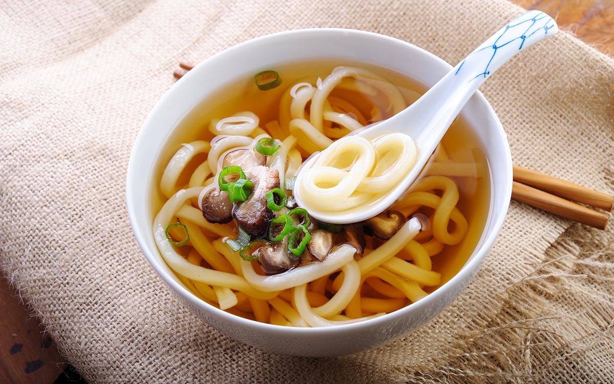 Sopa de fideos udon con setas