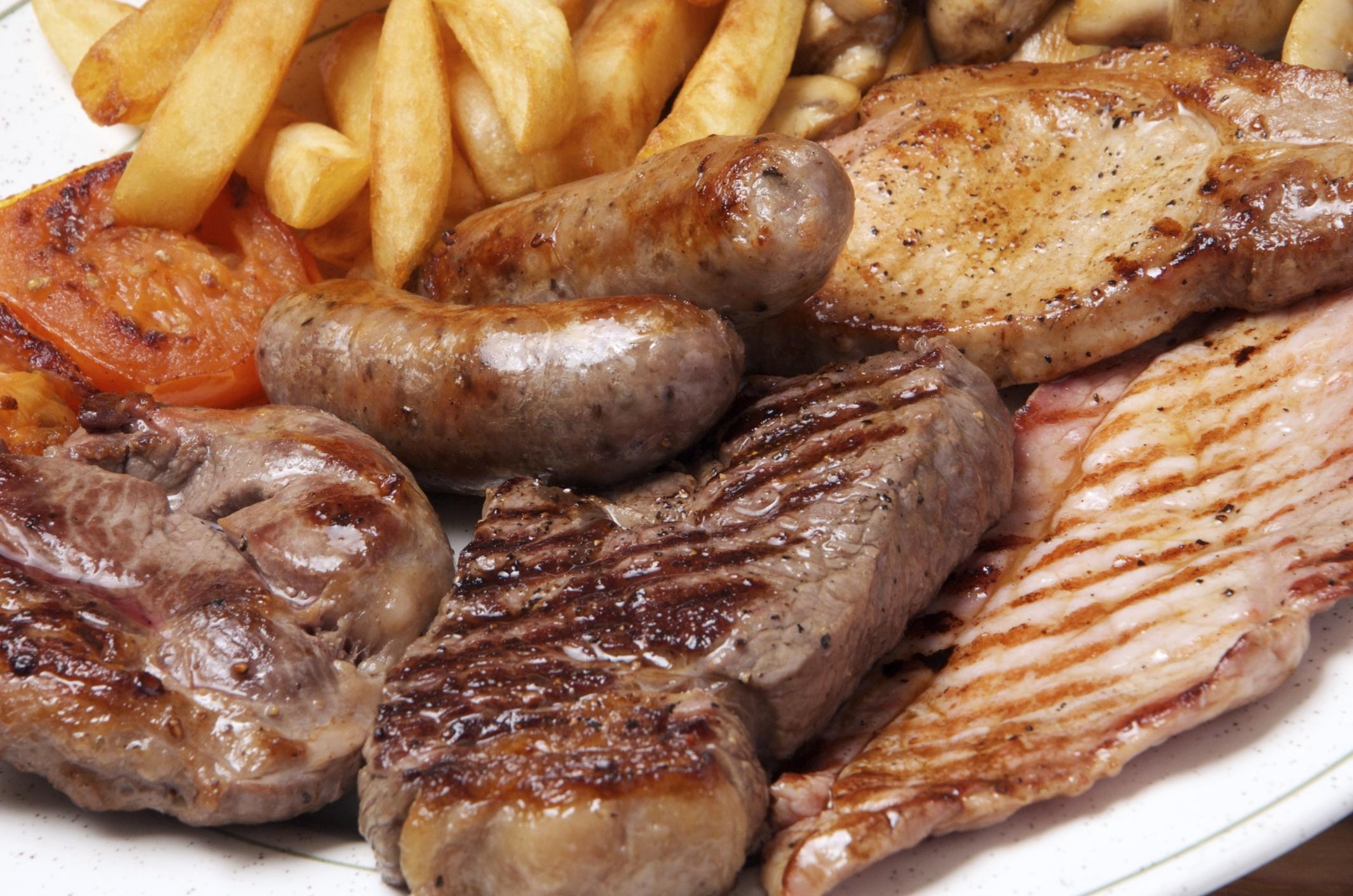 Variado de carne con patatas y tomates