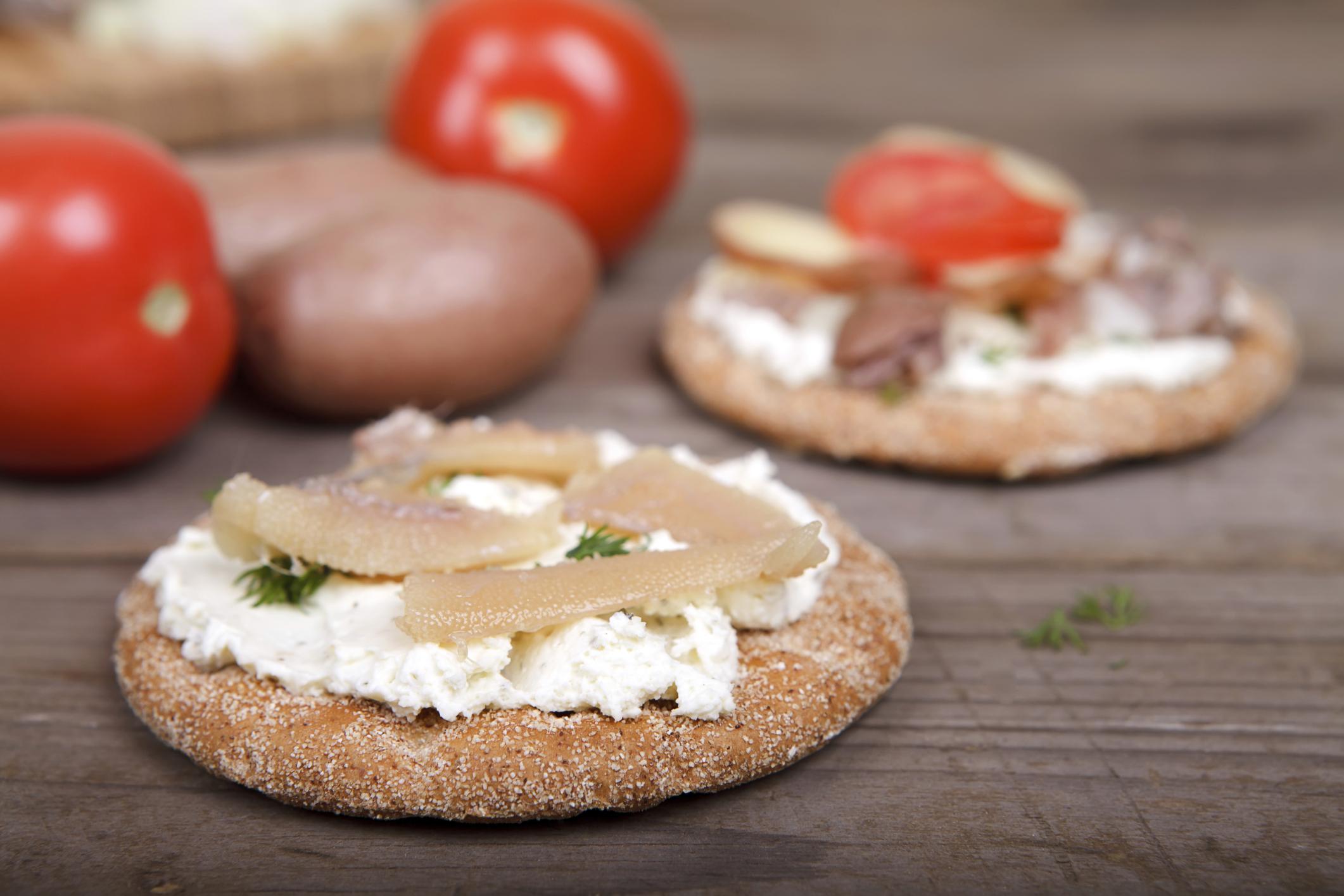 Variedad de arenques con panes suecos