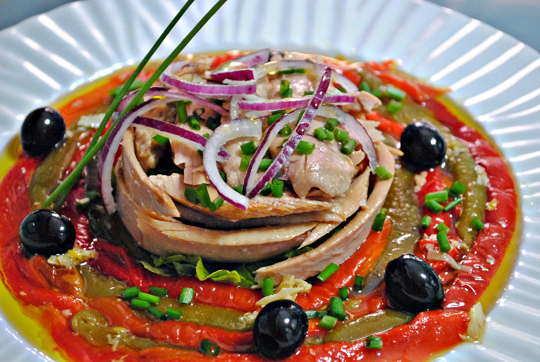 Ensalada de ventresca de Bonito del Norte  con  pimientos asados  aliñados